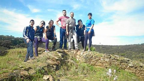 """La Asociación Juvenil """"Talyata"""", de Escacena del Campo dedica su primera jornada """"Tejá Skamondá"""" a limpiar los alrededores del yacimiento de Tejada la Vieja para fomentar el cuidado del medio ambiente"""