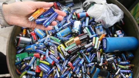 Chipiona amplía los servicios de recogida selectiva de residuos añadiendo la gestión ambiental de pilas y baterías mediante un convenio desarrollado por el Ayuntamiento del municipio gaditano