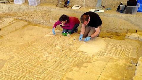 La población sevillana de Écija participa en una campaña de recaudación de fondos para restaurar el yacimiento arqueológico de la Plaza de Armas, tras el expolio sufrido en la excavación el pasado 10 de marzo