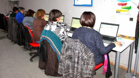 Nuevas acciones formativas del Centro Guadalinfo de la localidad de El Viso del Alcor sobre informática, offimática online y micro base de datos, acercan a la ciudadanía a las nuevas tecnologías
