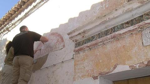Todo apunta a que las pinturas aparecidas durante la primera fase de restauración de la antigua Posada de Arrieros del municipio cordobés de Hornachuelos podrían datar de entre los siglos XVII y XVIII
