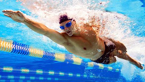 La ciudadanía de Alhaurín el Grande se beneficia un verano más de los cursos de natación diseñados para personas usuarias de todas las edades y disciplinas en la piscina municipal cubierta de la localidad