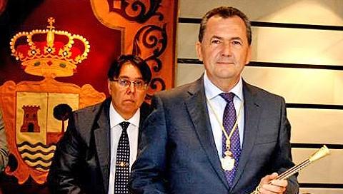 Los tres grupos de la oposición municipal en el Ayuntamiento de Punta Umbría descartan, de momento, la posibilidad de una moción de censura ante la supuesta implicación del alcalde en la operación «Eduende» sobre los cursos de formación