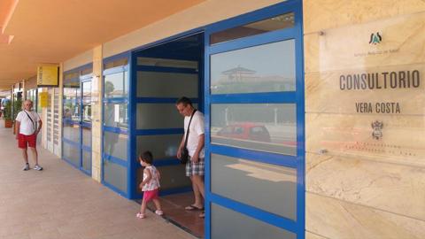 El Plan de Verano para el refuerzo de la atención sanitaria se traduce en el municipio almeriense de Vera en la contratación de un médico y una enfermera para el Consultorio de Salud de Puerto Rey