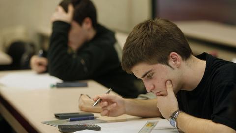 Todas aquellas personas interesadas en presentar la solicitud para las becas a estudiantes Andrés Villacieros de El Cuervo ya pueden acudir al Centro de Información Juvenil del municipio sevillano