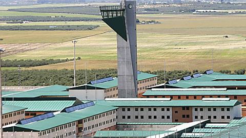 El sindicato CSIF denuncia que la cárcel de Morón de la Frontera necesita doce enfermeros en su plantilla para poder atender a los 1.500 reclusos y que actualmente el centro sólo dispone de seis