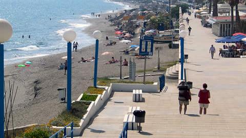 La localidad malagueña de Torrox cuenta con un nuevo protocolo basado en la distribución de pulseras identificativas de colores para prevenir casos de niñas y niños perdidos en su litoral costero