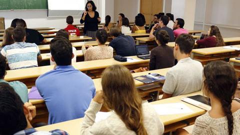 Estudiantes de San Juan de Aznalfarache pueden optar a una línea de ayudas al estudio y el transportedisponibles para ciclo universitario, grado medio, formación profesional y bachillerato
