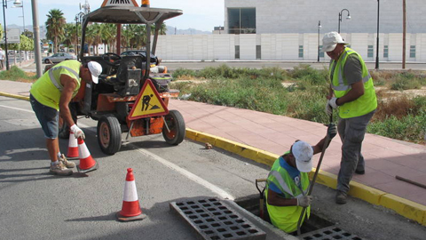 La puesta en marcha de una campaña para la limpieza de los imbornales de dos meses de duración pretende minimizar el riesgo de inundaciones por lluvias pluviales este otoño en el municipio almeriense de Vera