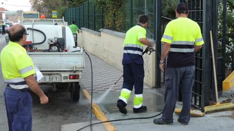La localidad gaditana de San Roque contrata a empleados y empleadas temporales para trabajar en el Nuevo Plan de Choque de Limpieza Viaria que recorrerá la localidad en las próximas semanas