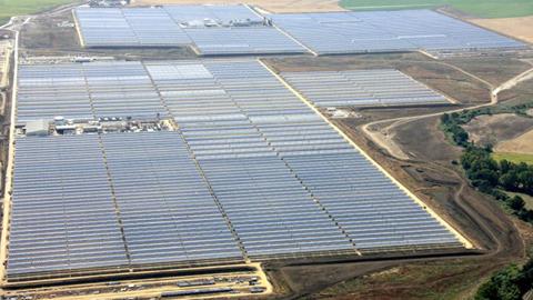 Los trabajadores y trabajadoras de las dos plantas solares que Abengoa tiene en El Carpio están preocupados por la amenaza de quiebra debido a la deuda que la empresa tiene con los bancos
