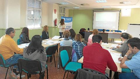 El Centro de Información Europea organiza un taller de orientación en Huelva sobre cómo realizar un buen currículum vitae en inglés para ayudar a las personas interesadas en buscar trabajo en otro país de la UE