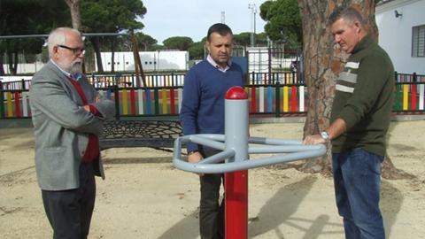 Los vecinos y vecinas de Conil de la Frontera consiguen la instalación de un parque biosaludable tras plantear la iniciativa en los presupuestos participativos, con una inversión de algo más de 25.000 euros