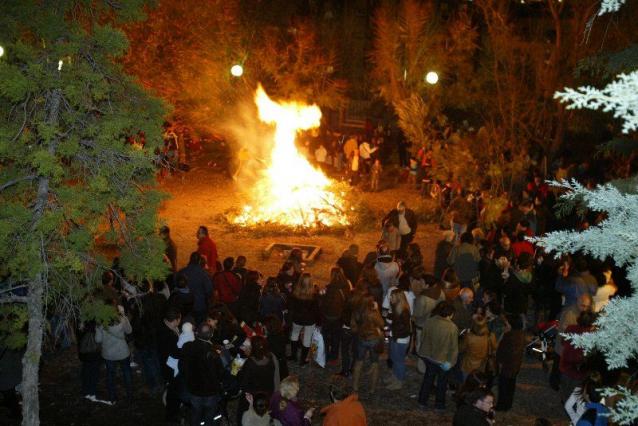 El municipio jienense de Torreperogil se prepara para celebrar celebra este fin de semana una nueva edición de sus tradicionales hogueras de San Antón que llenan de productos típicos las calles de la localidad