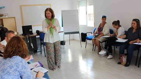 Las familias de la localidad almeriense de Roquetas de Mar vuelven a recibir formación para madres y padres por medio de unos talleres que se vienen celebrando periódicamente desde el año 1998