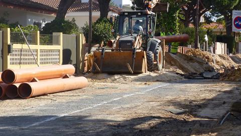 Los trabajos para la renovación de las redes de saneamiento y la mejora en calzada y aceras de la calle Ancla y la urbanización Picacho de Mazagón continúan a buen ritmo pese a las lluvias de los últimos días
