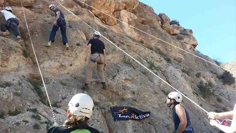 Las personas aficionadas a los deportes al aire libre pueden inscribirse en el Programa de Actividades en la Naturaleza de Roquetas de Mar que incluye un curso de escalada y un descenso en rappel