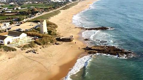 La zona de El Palmar perteneciente a Vejer de la Frontera contará este verano con abastecimiento de agua gracias a las obras de apertura de una zanja que servirán para la canalización en esta zona costera