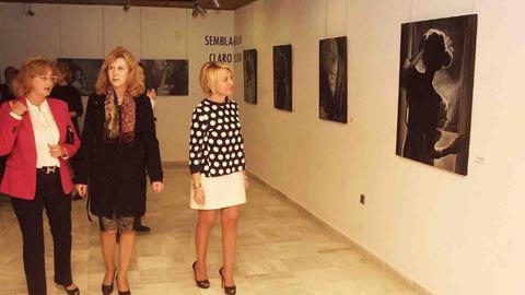 Los paisajes de la costa del levante almeriense y la naturaleza del alma femenina son reflejadas en dos exposición pictóricas de la artista Pilar Peciña acogidas en el Castillo de Santa Ana de Roquetas de Mar