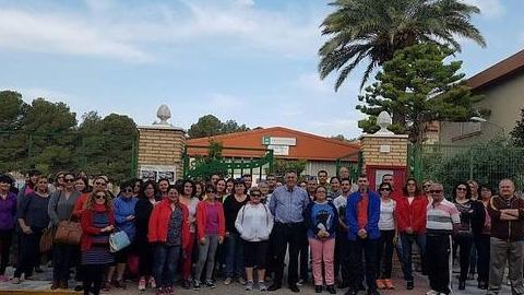 Varias familias recogen firmas por el cierre de una línea de alumnado de tres años y su traslado a un colegio sin comedor en Olula del Río, que hace imposible la conciliación familiar y laboral en la localidad