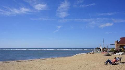 La playa del Pozuelo, en Albuñol, se encuentra entre las diez  playas andaluzas señaladas con banderas negras por Ecologistas en Acción, denunciando así problemas de contaminación o mala gestión del litoral