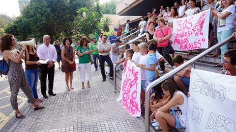 Alumnos y alumnas del colegio rural Atalaya de Antequera se concentran ante la Delegación de Educación de Málaga contra el recorte de profesores en el centro