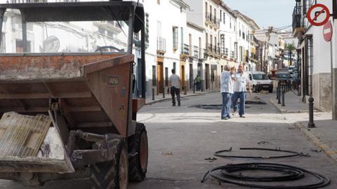 Más de 200 personas serán contratadas en Castro del Río para llevar a cabo los trabajos de adecuación de una de las calles con más tráfico de la localidad