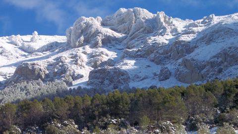 El Parque de Sierra Mágina acondiciona determinadas vías pecuarias a la par que realiza actuaciones sobre flora y fauna mejorando su protección ambiental