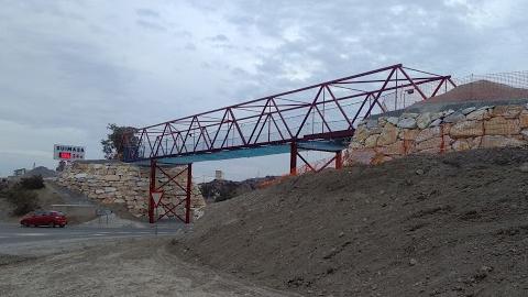 Las personas usuarias de la Vía Verde de Almanzora ya pueden sortear la carretera entre Olula del Río y Fines gracias a la pasarela que une ambos términos municipales