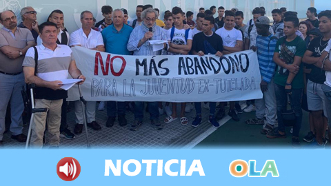 La sociedad civil de Cádiz se concentra para pedir más recursos destinados a jóvenes extutelados