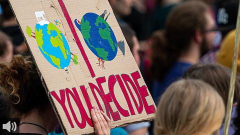 Ecologistas señalan que la Ley de Cambio Climático se queda corta y economistas destacan la importancia de fomentar las energías renovables