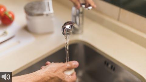 El agua es un recurso de disponibilidad limitada, debe ser cuidada y respetada y es un derecho humano básico