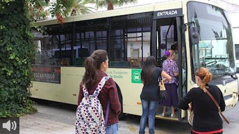 La reducción del transporte a la mitad en los municipios de la Sierra Morena limita la movilización en el mundo rural