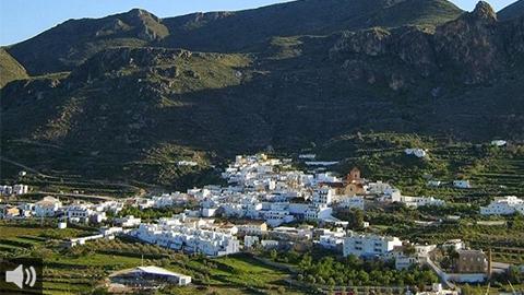 El municipio almeriense de Lucainena de las Torres ofrece una estampa única del contraste de la naturaleza que lo envuelve y de los tintes níveos de sus calles