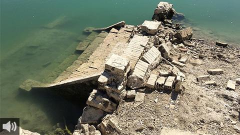 Los restos del Puente Molinillo, chimeneas de antiguas fábricas, torres de luz o viviendas salen a la luz con la bajada de las aguas del Embalse de Iznájar