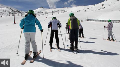 'Esquí Familiar' ofrece la práctica de este deporte y los encantos de Sierra Nevada a los pequeños municipios de Granada