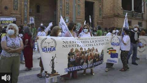 Los interinos andaluces se manifiestan ante las delegaciones del Gobierno y piden una plaza fija a través de un concurso de méritos en lugar de pasar un examen