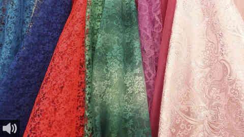 El trabajo, la tradición, la artesanía y el legado familiar se unen en los bordados en tul de seda natural que salen de las manos de una vecina de la localidad granadina de Otura