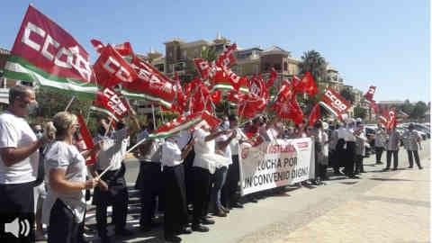 Más de un centenar de trabajadores y trabajadoras del sector de la hostelería en Huelva han protagonizado una marcha convocada por los sindicatos CCOO y UGT tras el bloqueo del convenio del sector