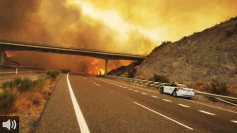 El incendio de Sierra Bermeja, en Málaga, se eleva al nivel 2 de alerta del Plan Infoca y afecta ya a unas 3.600 hectáreas, mientras se mantiene desalojados a más de un millar de vecinos y vecinas