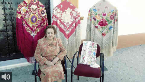 Villamanrique de la Condensa reconoce la labor de una de sus vecinas por haber convertido el mantón de manila en una de las piezas de artesanía más cotizadas a nivel nacional e internacional