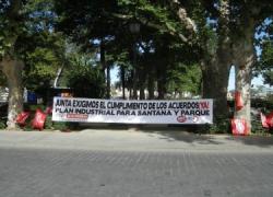 Los ex trabajadores de Santana Motor exigen acampados que la Junta cumpla lo prometido