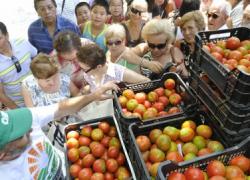 La Unión de Pequeños Agricultores reparte miles de kilos de fruta en contra de las prácticas comerciales abusivas