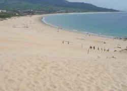 """La plataforma """"No a nuestra costa"""" protesta por las medidas que afectan a las playas en Andalucía"""