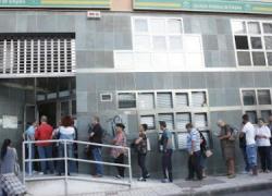 Los sindicatos exigen que se mantenga la ayuda de los 400 euros a las personas en paro