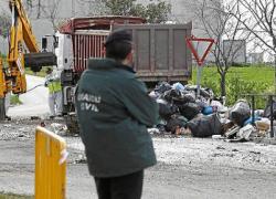 Más de 300 personas entre vecinos y vecinas de El Coronil y piquetes del Sindicato Andaluz de Trabajadores tratan de impedir que se retire la basura acumulada en sus calles