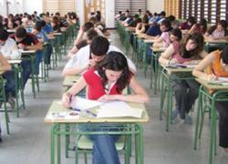 La Consejería de Educación afirma que ha contratado a más de la mitad de los interinos que fueron despedidos por el aumento del horario lectivo