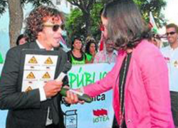 El sindicato Ustea inicia un acto de protesta en Cádiz contra las elevadas tasas en las oposiciones bajo el lema 'A la consejería le importamos un pepino'