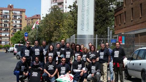 La plantilla de Andalucía Emprende se ha concentrado ante la sede del Sercla en Sevilla antes de la celebración del acto de conciliación previo al juicio por conflicto colectivo