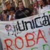 Los afectados por las cláusulas suelo vuelven a manifestarse frente a una sede de la entidad financiera Unicaja de la localidad malagueña de Ronda